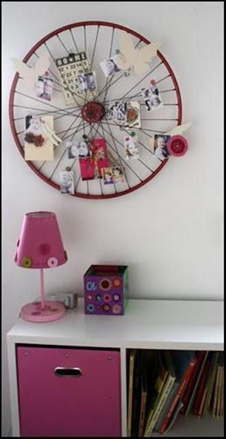 Roda de bicicleta usada como quadro de recados