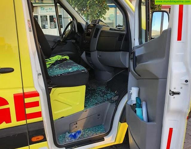 Le rompen un cristal a una ambulancia que participó en los operativos del incendio de Garafía