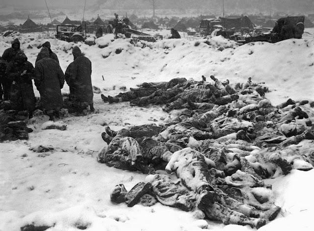 Cuerpos de soldados apilados para ser enterrados en Gotori