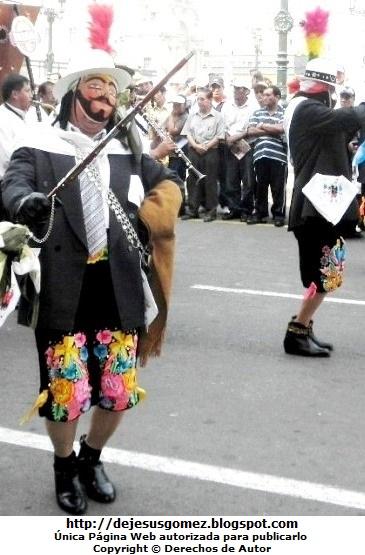 Foto de Príncipes o Chapetones en plena pasacalle de Tunantada en la Plaza Mayor de Lima Perú. Foto del príncipe tomada por Jesus Gómez
