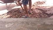 Cansado de esperar, morador tampa buraco na rua Duque de Caxias