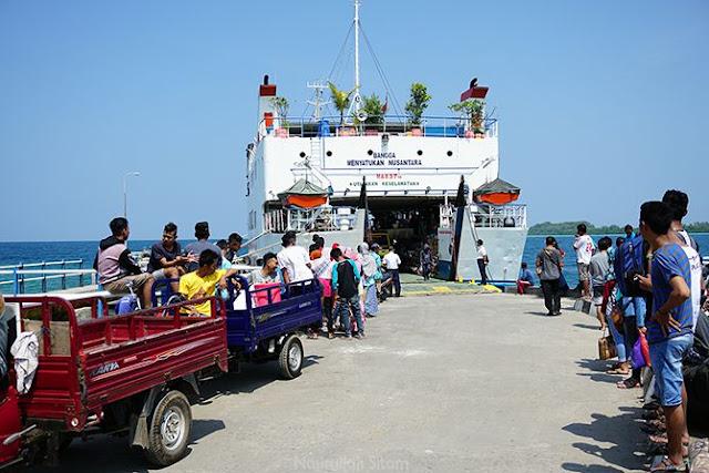 Kendaraan roda tiga dan empat menunggu barang yang akan diangkut dar dalam kapal