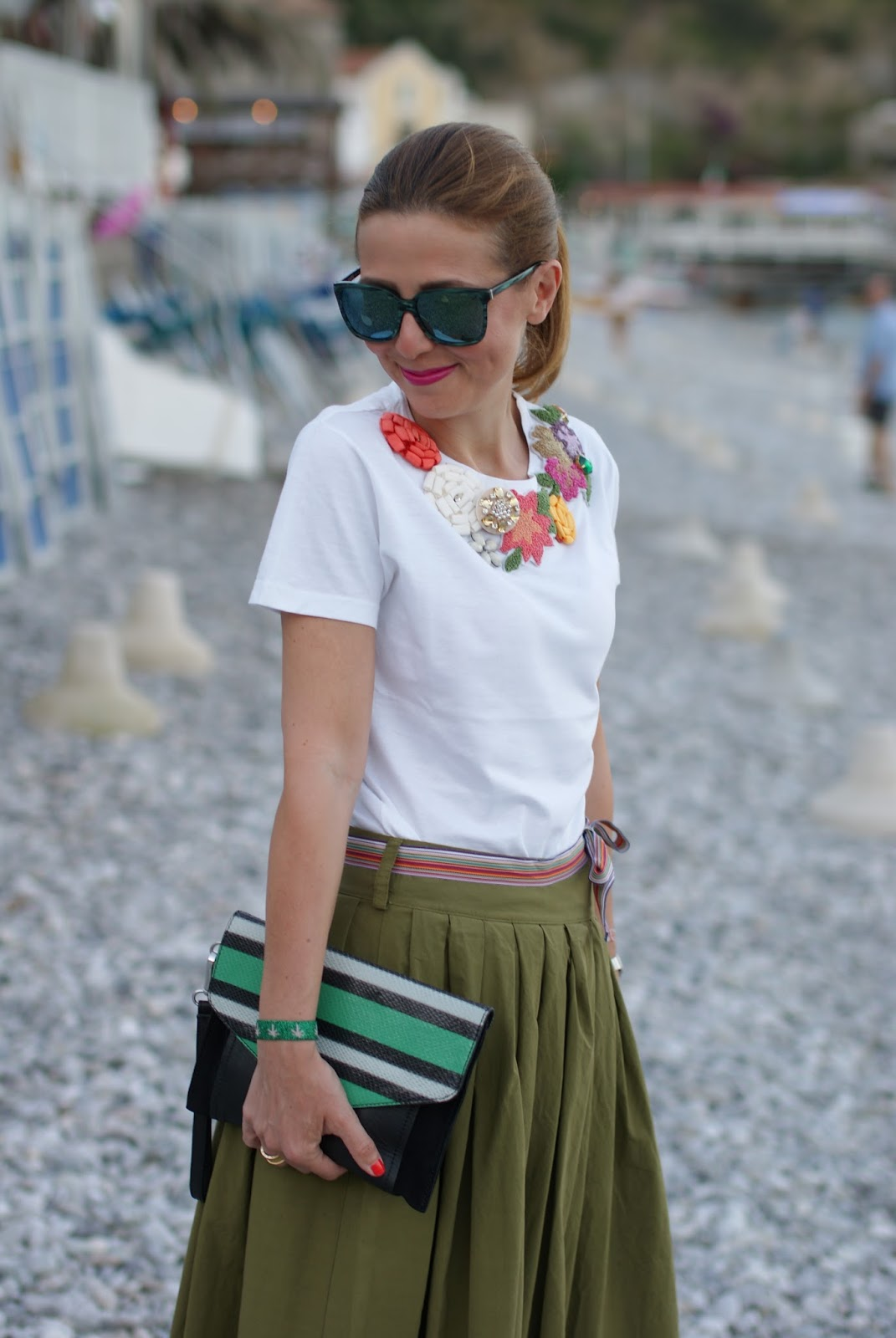 Chic summer look with rose a pois tee and green maxi skirt on Fashion and Cookies fashion blog, fashion blogger style