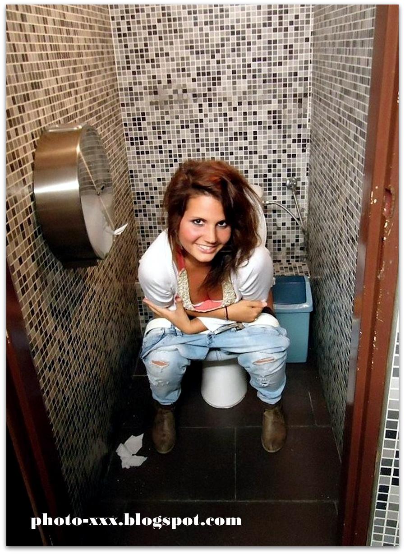 Женщине в туалете
