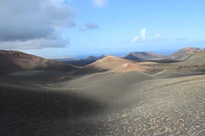 Subiendo al Timanfaya en Lanzarote este es el paisaje