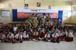 Foto bersama guru dan siswa