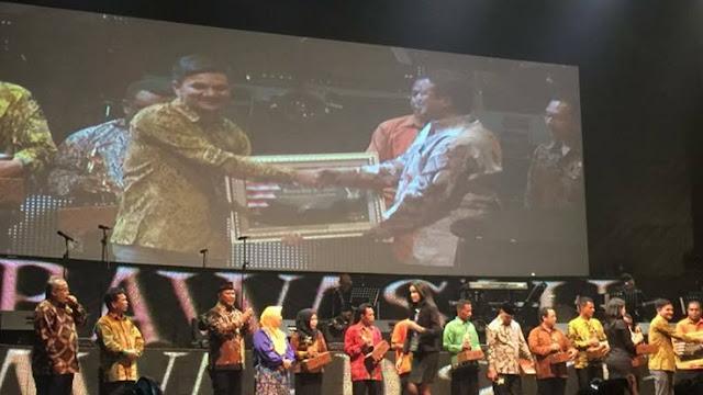 Penghargaan diserahkan langsung oleh Ketua Bawaslu, Muhammad dan diterima oleh Ketua Panwas Kota Pekanbaru, Indra Khalid Nasution
