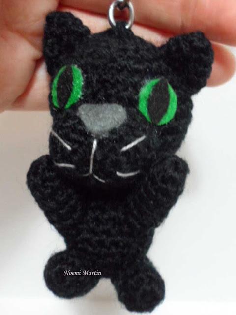 http://agujalanaytijeras.blogspot.com.es/2015/04/gato-amigurumi-llavero.html