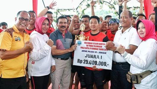 Tim Dayung Polres Kabupaten Solok dan Anggaraksa Juarai Selaju Sampan Dayuang Palinggam