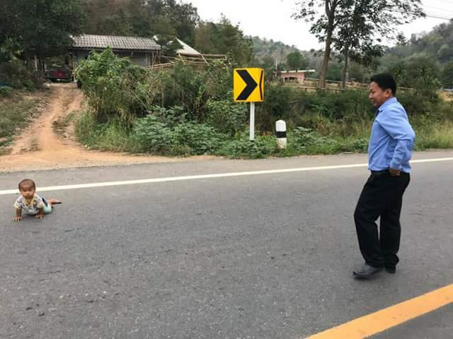 Oh dear! Baby crawls out of the house to the highway while his parents were sleeping (photos)