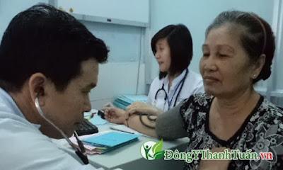 Chữa bệnh đau lưng cho người lớn tuổi