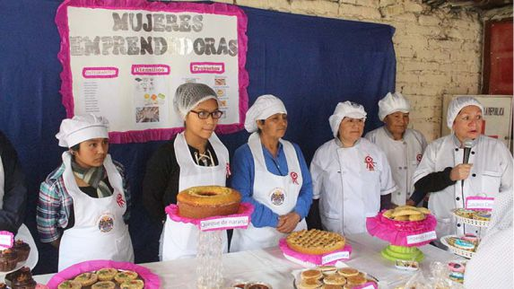 Viajes de pastel de crema entre profesores y alumnas