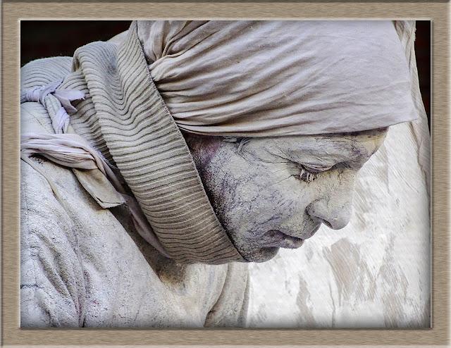 Retrato de cabeza de estatua viviente encuadrada con marco.