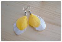 boucles d'oreilles plumes blanches et jaunes