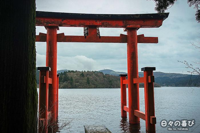 torii du lac ashi depuis la rive