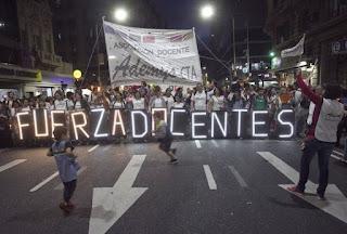 Anoche, docentes de la Ciudad de Buenos Aires marcharon por el centro porteño en reclamo de mejoras salariales en la previa del inicio de un nuevo paro por otras 48 horas.