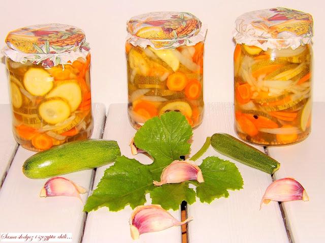 Sałatka z cukini, marchewki i cebuli, w zalewie octowo-olejowej.