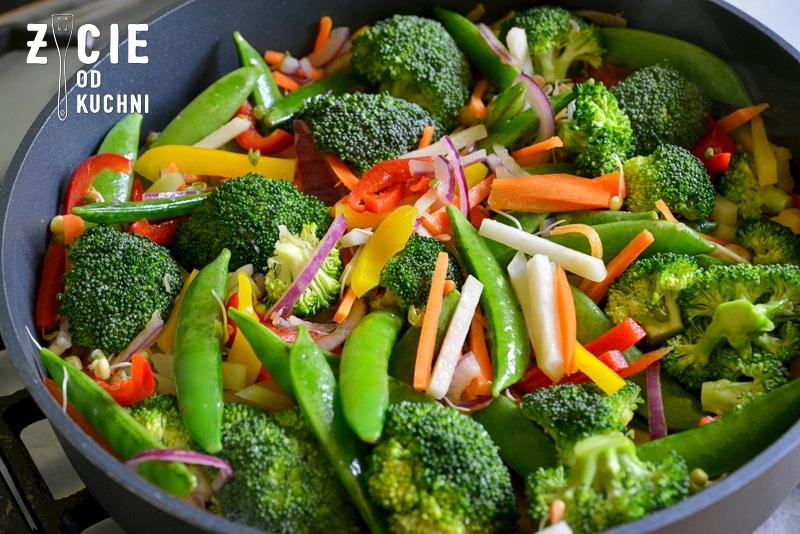 danie wegetarianskie, brokulym papryka, ryz czerwony, groszek cukrowy, bratki, marchewka, smazenie warzyw, warzywa na patelnie,  kalarepa, obiad, kolacja, dodatek do grilla, salatka do dan z grilla