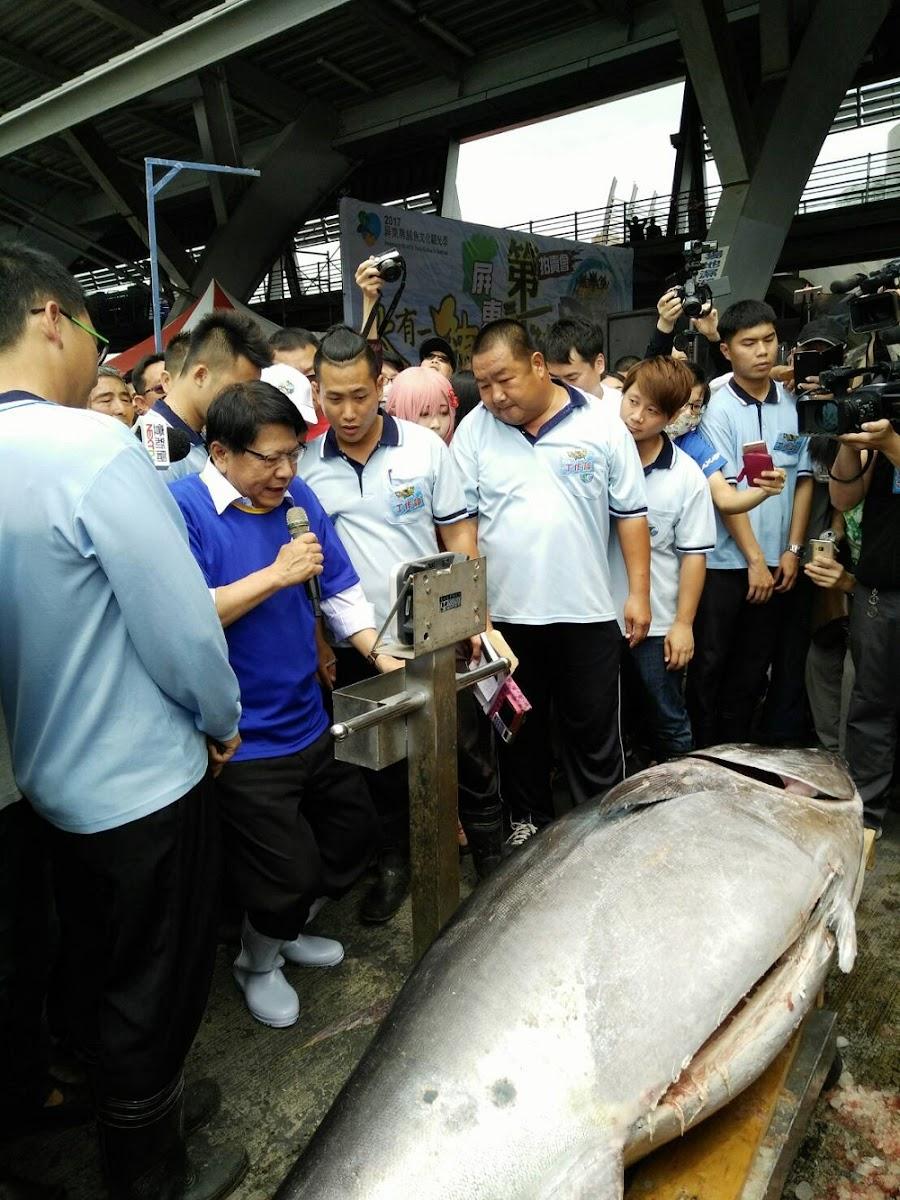 屏東東港鎮,人稱「鮪魚哥」的蕭受發,靠著去年捕鮪的盈餘,再自己加碼,明 (25) 日將替屏東縣的清寒學子辦圍爐、發紅包。
