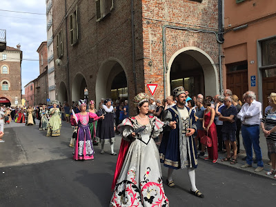 Another borgo's court makes their way to the palio
