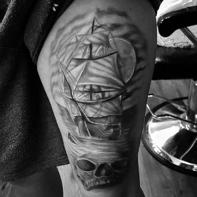 tatuajes de barco pirata en el muslo