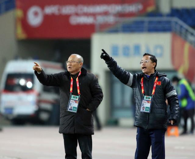 HLV Park Hang Seo chỉ đạo như Sir Alex, cãi nhau tay đôi với HLV Úc 4