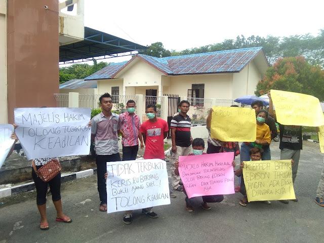 Puluhan Massa Geruduk Kantor Pengadilan Negeri Stabat