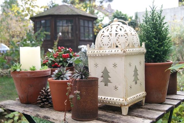 Weihnachtlich dekorierter Gartentisch