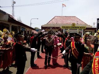 AKBP Adi Vivid  dan Istri menerima penghormatan pedang pora