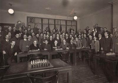 Alejandro Alekhine en la Unión Graciense de Ajedrez en 1944