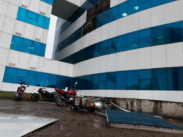 Vidraças do CPA desabam sobre motocicletas em Porto Velho