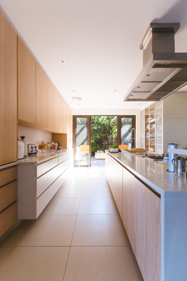 Cocina con muebles hasta el techo