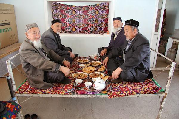 Kirghizistan, Arslanbob, chaïkhana Soy Buyi, aksakals, tapshan, tapchane, © L. Gigout, 2012