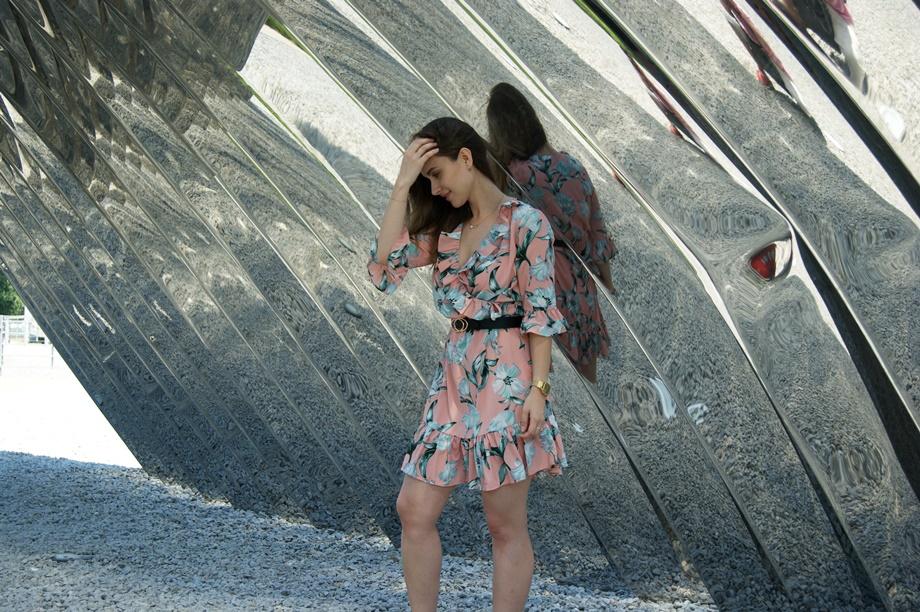 stylizacja z brzoskwiniową sukienką