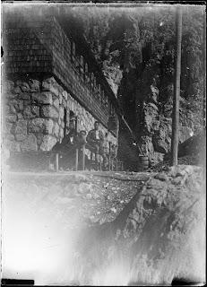 drei Personen vor der neuen Meilerhütte  - um 1910-1920