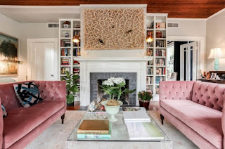 sala con sofá color rosa