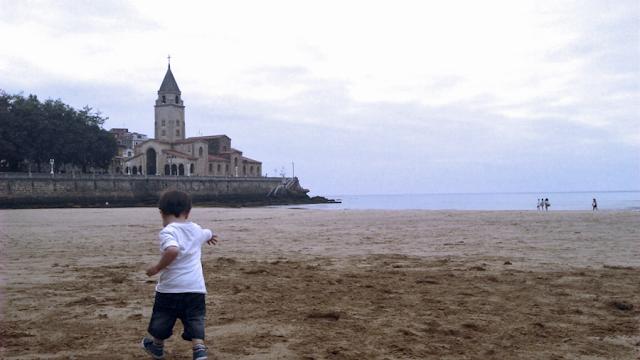 Pixelillo corriendo por la arena, al fondo se ve la iglesia de San Pedro