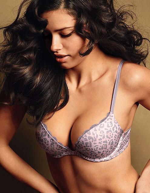 Fotos de Adriana Lima nua pelada de lingerie na Covergirl