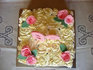 Vista cenital tarta rosetones de nata