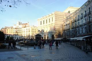Vista parcial de la plaza. A la derecha, típico edificio de edificio de cuatro plantas, de mediados del siglo XIX, que acoge al Café de Oriente.