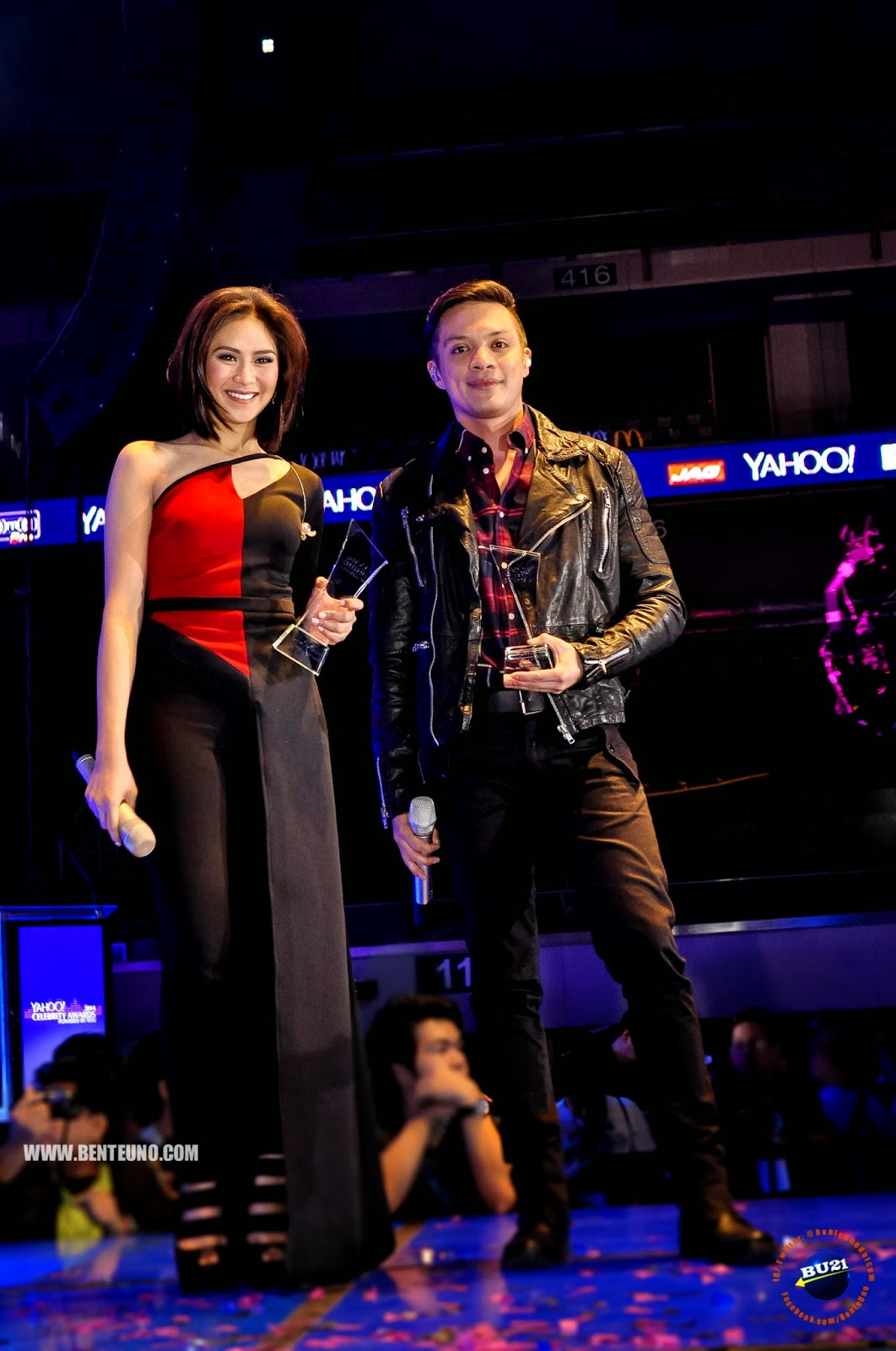 Bamboo, Male Performer of the year and Sarah Geronimo, Female Performer of the year at Yahoo Celebrity Awards 2014