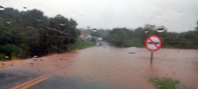 Imagens mostram alagamentos em estradas da região