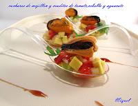 Cuchara de mejillón y crudites de tomate, cebolla y aguacate