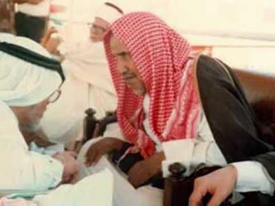 """Mengenal Syaikh Ibnu Baz Ulama Dari Baz Hijaz  Abdullah bin Mas'ud radhiallahu 'anhu berkata kepada para sahabatnya, """"Sesungguhnya kalian sekarang ini berada di masa para ulamanya masih banyak dan tukang ceramahnya sedikit. Dan akan datang suatu masa setelah kalian dimana tukang ceramahnya banyak namun ulamanya amat sedikit."""" (Qowa'id fi at-Ta'amul ma'al 'Ulama, hal. 40).   Apa yang dikatakan Ibnu Mas'ud sama sekali tidak meleset. Sekarang kita berada di zaman yang beliau katakan itu. Ulamanya sedikit dan para penceramah (orang yang pandai berbiacaranya) banyak. Sedikitnya ulama tentu memiliki dampak besar terhadap umat. Dalam keadaan tersebut penyebaran ilmu tentu berbeda dengan ketika ulama banyak. Keadaan demikian diperburuk dengan pembunuhan karakter terhadap para ulama. Sehingga kaum muslimin semakin bingung, ulama mana yang harus mereka teladani. Kian beratlah ujian. Ujian memilih ulama rabbani yang bisa membimbing kita pada jalan kebenaran.  Di antara ulama rabbani yang membimbing umat adalah Syaikh Abdul Aziz bin Abdullah bin Baz rahimahullah. Atau yang sering  syaikh bin baz syaikh bin baz mengapa begitu terkenal syaikh bin baz wahabi syaikh bin baz biografi syaikh bin baz menangis syaikh bin baz wafat syaikh bin baz buta syaikh bin baz download syaikh bin baz youtube syaikh bin baz dan pencuri syaikh ibnu baz syaikh bin baz adalah syaikh bin baz puasa arafah biografi syaikh ibnu baz syaikh ibnu bin baz kisah syaikh bin baz dengan pencuri kisah syaikh bin baz dan pencuri kisah syaikh bin baz dan seorang pencuri fatwa syaikh bin baz imunisasi syaikh bin baz meninggal syaikh bin baz maulid fatwa syaikh bin baz pdf syaikh bin baz rahimahullah fatwa syaikh bin baz tentang pemilu fatwa syaikh bin baz tentang syiah fatwa syaikh bin baz tentang palestina fatwa syaikh bin baz tentang jamaah tabligh fatwa syaikh bin baz tentang ikhwanul muslimin fatwa syaikh bin baz tentang poligami fatwa syaikh bin baz tentang bumi fatwa syaikh bin baz tentang vaksin fatwa syaikh b"""