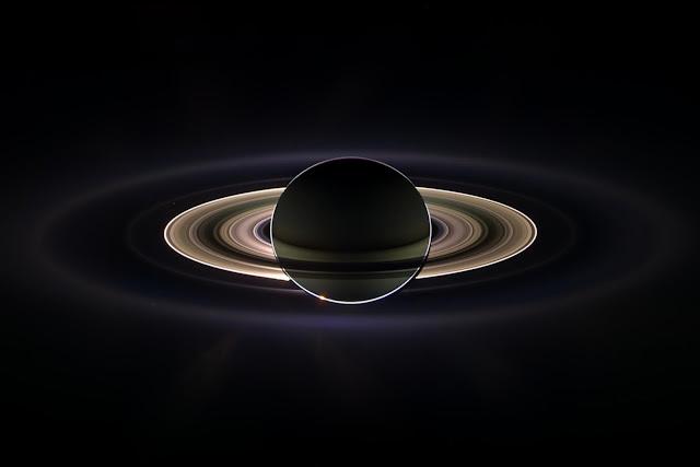 Chiếc nhẫn kim cương. Hình ảnh này được chụp qua ánh sáng hồng ngoại phân cực bằng máy ảnh góc rộng của Cassini vào ngày 7 tháng 12 năm 2005. Hình ảnh: NASA/JPL.