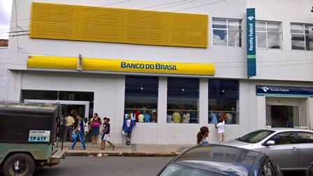 No ultimo dia antes do período carnavalesco bancos, lotéricas e  Correios ficaram lotados de gente