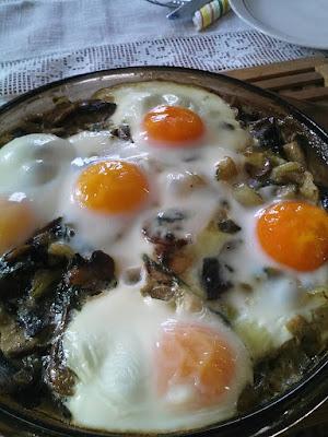 Spenótos-gombás tojás