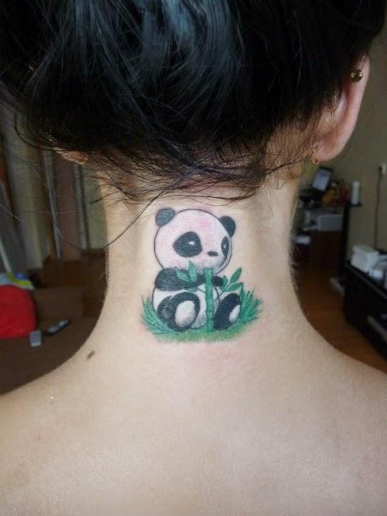 vemos la nuca de una mujer , y lleva el tatuaje de un oso panda