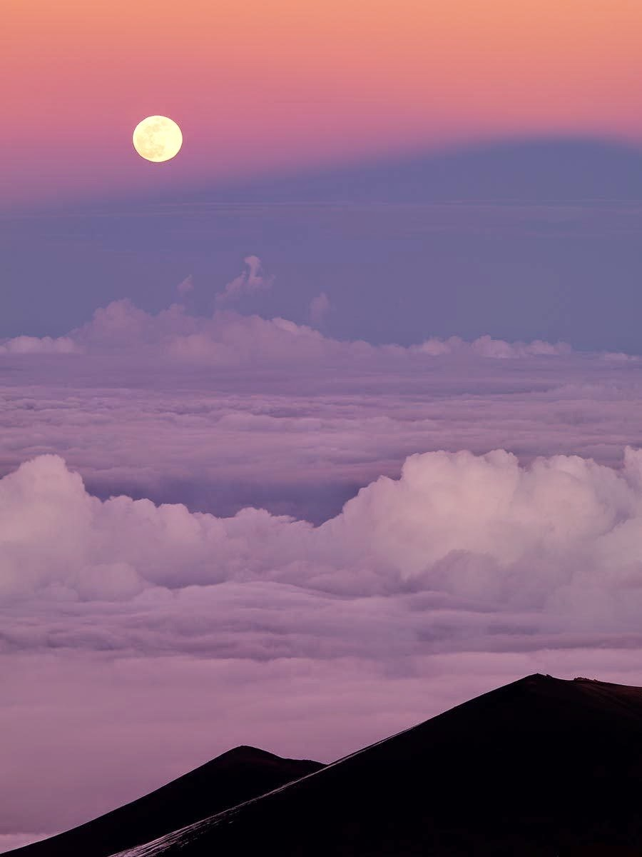 Sizzling Tourist Hotspots in Hawaii | Moon over mauna kea, hawaii