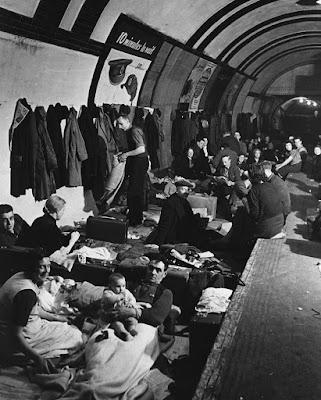 Μέσα σ' ένα βρετανικό καταφύγιο, στη διάρκεια του Β Παγκοσμίου Πολέμου